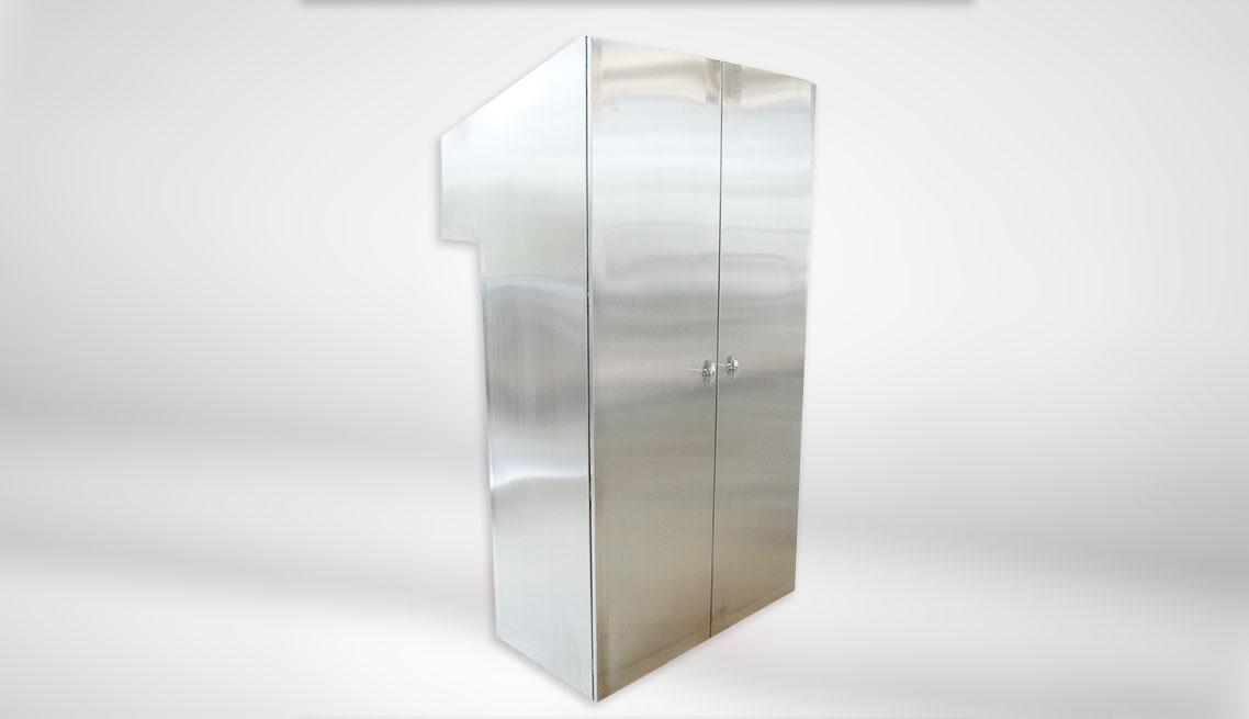Obudowa (rozdzielni elektrycznej) ze stali nierdzewnej gat. 304 o wymiarach 1200 x 2200 x 600 (250) o stopniu szczelności IP55.